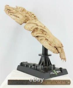 Alien Skeleton Skull Bust and Stand Unpainted Unassembled Hobby Resin Model KIt